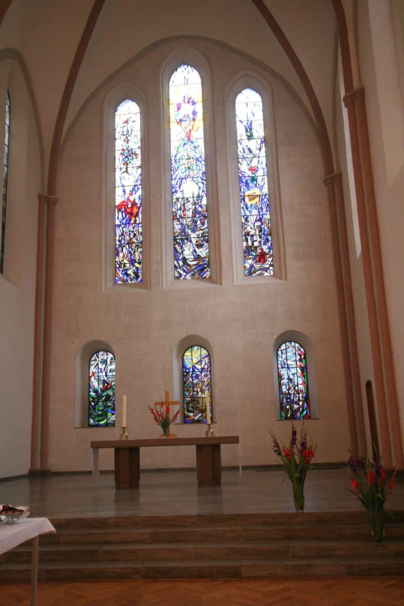 Kulturkirche innen Fenster mit Altar © Kulturkirche Bremen
